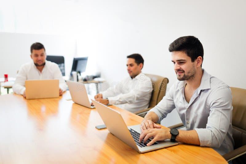 Photo des hommes d'affaires travaillant dans le bureau moderne photo stock