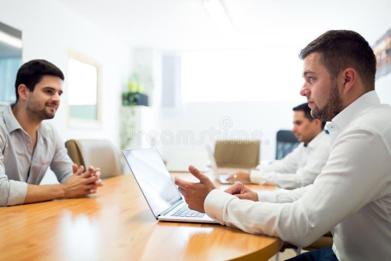 Photo des hommes d'affaires travaillant dans le bureau moderne image stock