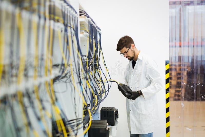 Photo des modems d'essai de technicien de réseau dans l'usine photos libres de droits