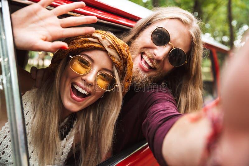 Photo des voyageurs hippies heureux homme et femme souriant, et sitti photos stock