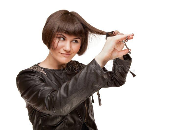 Photo du beau styliste en coiffure de femme se faisant coupe de cheveux photo stock