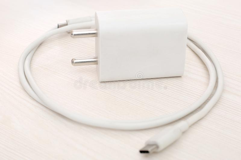 Photo du chargeur blanc d'adaptateur de téléphone portable photographie stock