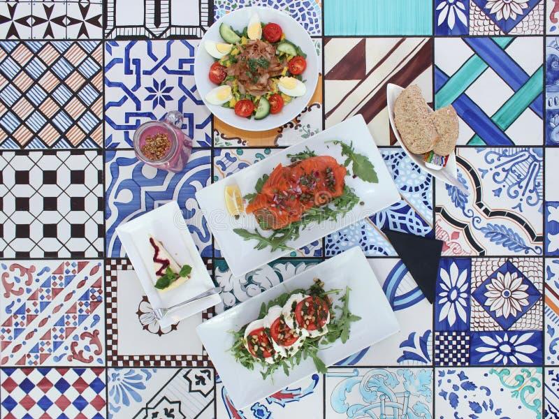 Photo du déjeuner de brunch/: salade, pain et smoothie photo stock