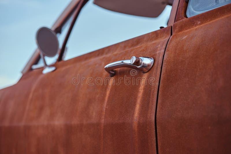 Photo en gros plan d'une rétro portière de voiture reconstituée image libre de droits