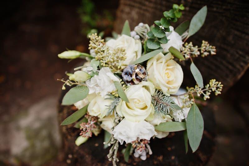 Photo en gros plan de bouquet de mariage faite en roses blanches et autre photo libre de droits