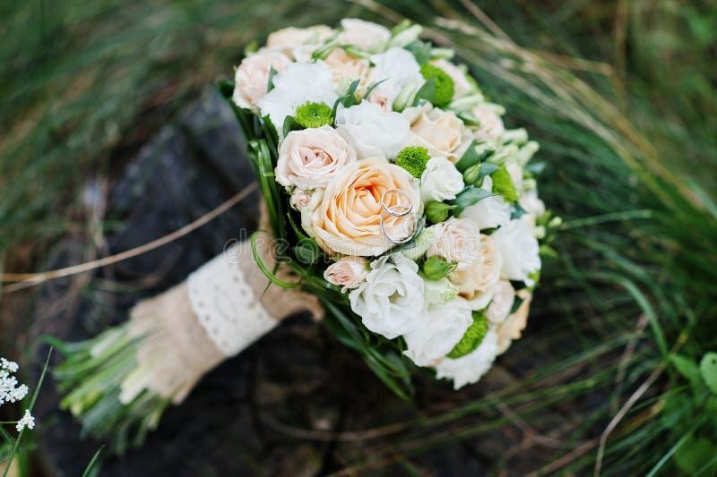 Photo en gros plan de bouquet de mariage faite de roses sur le tronçon photo libre de droits