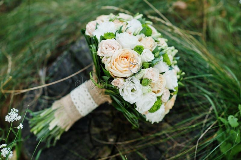 Photo en gros plan de bouquet de mariage faite de roses sur le tronçon photographie stock