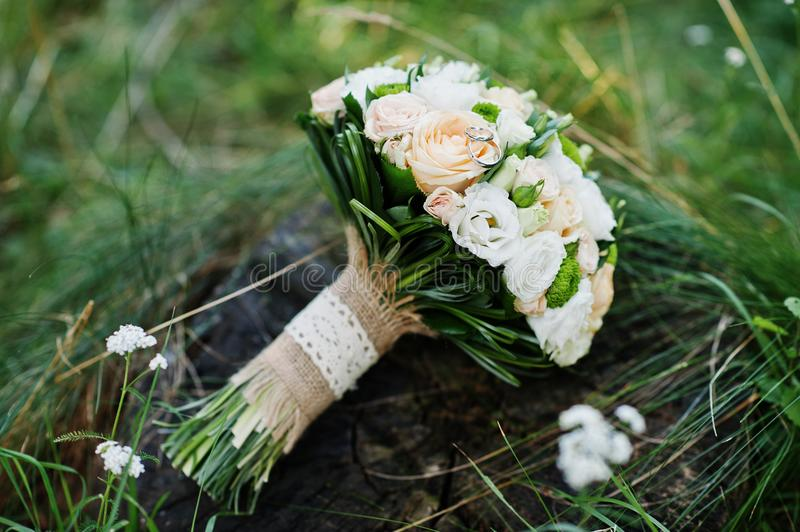 Photo en gros plan de bouquet de mariage faite de roses sur le tronçon photos stock