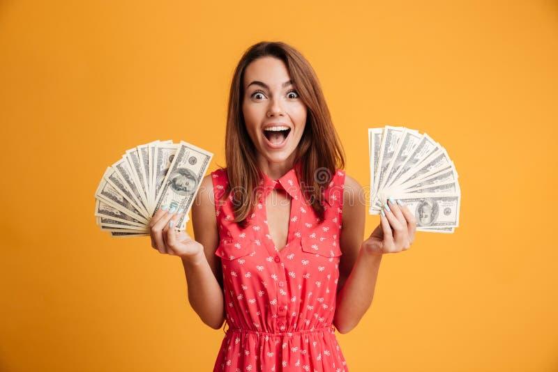Photo en gros plan de jeune femme heureuse dans la robe rouge tenant la fan deux photos libres de droits