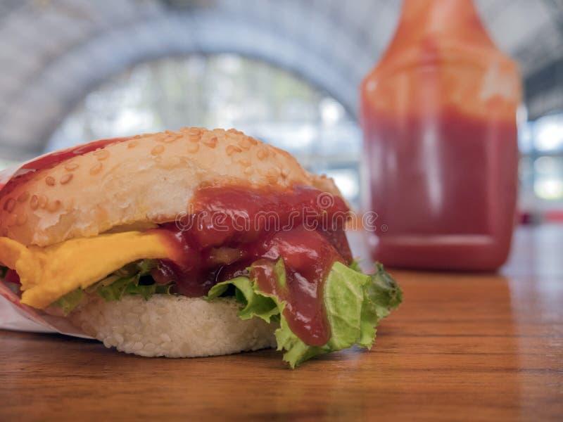 Photo en gros plan de l'hamburger fait à la maison avec du boeuf, l'oignon, la tomate, la laitue, le fromage et les épices Plan r images libres de droits