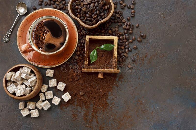 Photo en gros plan de tasse de café chaude, cuillère en métal avec le coff d'arome photos libres de droits