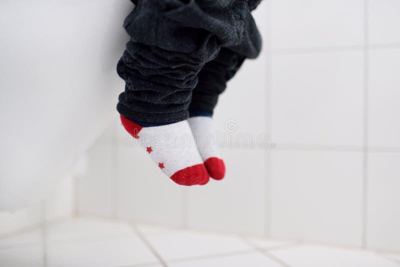 Photo en gros plan de toilette d'utilisation de trainig de garçon d'enfant en bas âge photos stock