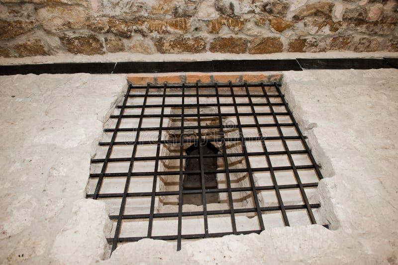 Photo en gros plan des barres de fer sur la fenêtre de prison ou de château images stock