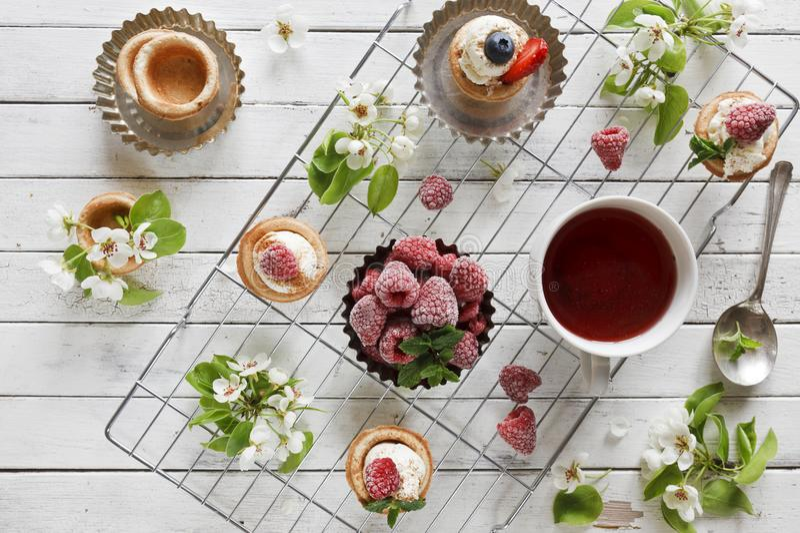 Photo en gros plan des gâteaux faits maison avec du fromage de mascarpone, la cannelle, des fraises, des myrtilles et le beau flo photographie stock