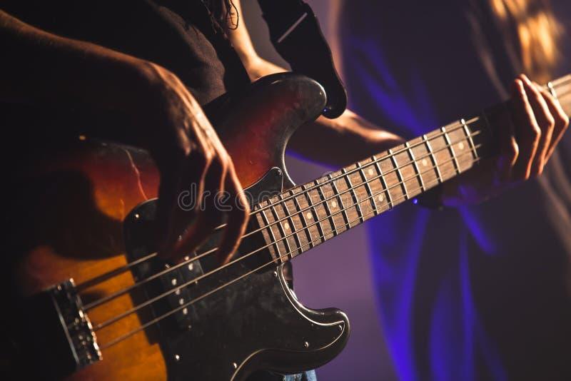 Photo en gros plan, joueur de guitare basse photos stock