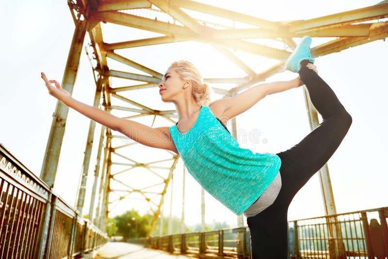 Photo grande-angulaire d'une pose de pratique de yoga de danseur de roi de femme photos libres de droits
