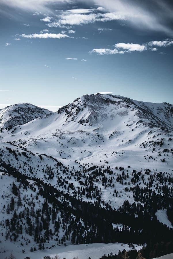 Photo haute étroite d'une de montagnes nocky couvertes dans la neige en Autriche images libres de droits