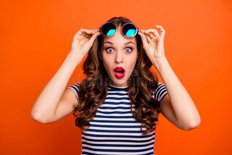 Photo haute étroite de fantaisie géniale drôle comique avec le maquillage juteux coloré vif de pommade elle sa dame tenant le image stock
