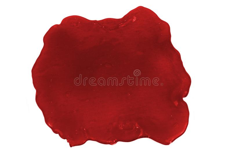 Photo haute étroite de la tache rouge de boue d'isolement sur le fond blanc images stock