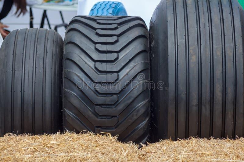Photo haute étroite de pneu lourd de roue du tracteur trois d'équipement des véhicules à moteur de construction ou d'agriculture photo libre de droits