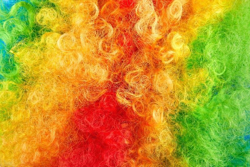 Photo haute étroite des cheveux colorés Texture hirsute rouge, verte et jaune photo libre de droits