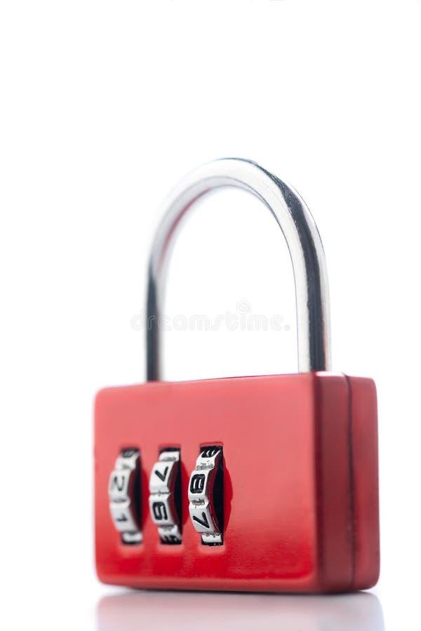 Photo haute étroite du cadenas fermé rouge de code d'isolement sur le fond blanc ou gris image stock