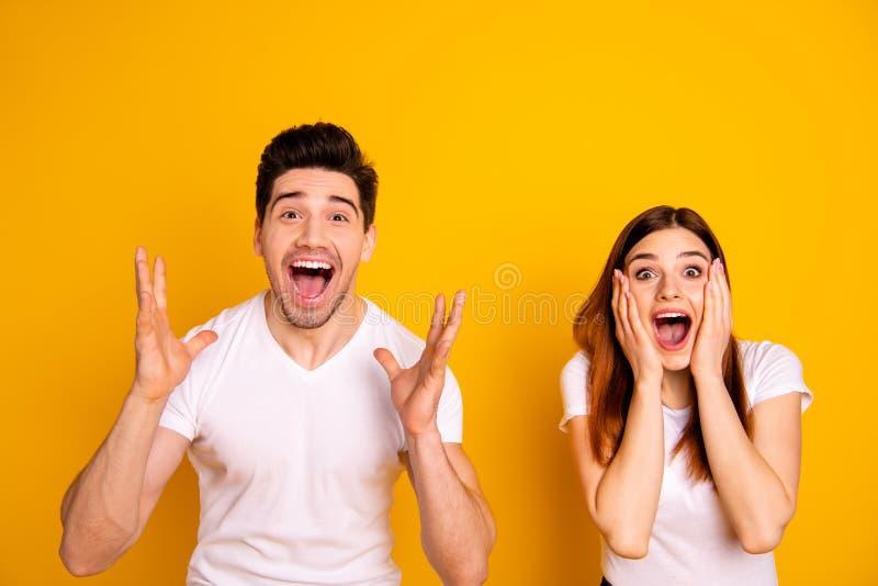 Photo haute étroite stupéfiant elle elle il il ses bras de mains de couples a soulevé l'air pour hurler la majorette chanceuse de photos libres de droits