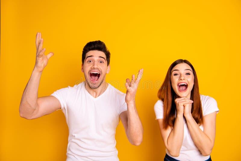 Photo haute étroite stupéfiant elle elle il il ses bras de mains de couples tiennent l'air pour hurler le jour chanceux de chance images libres de droits