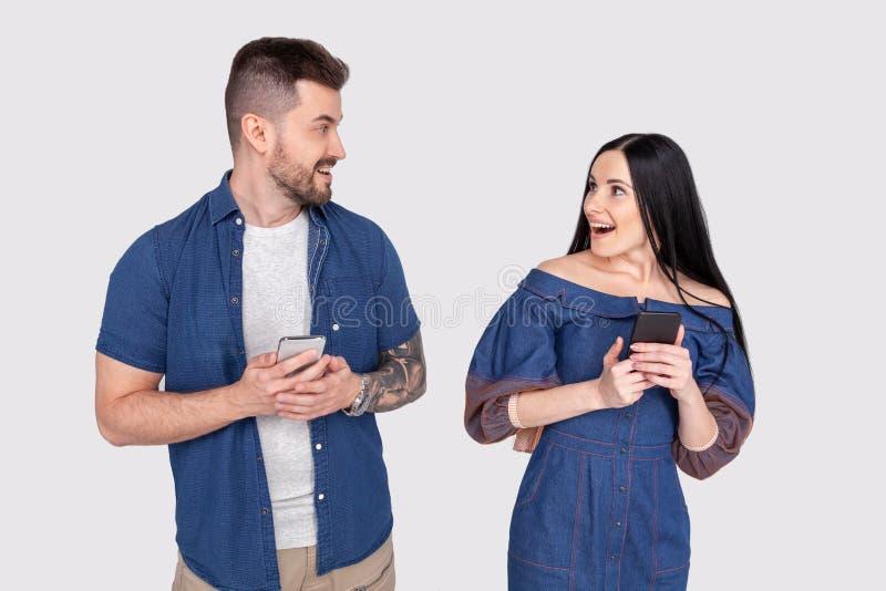 Photo haute étroite stupéfiant elle elle il il ses bras de mains intelligents de téléphone de téléphone de type de dame a lu le l image libre de droits