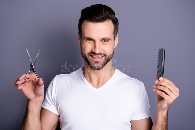 Photo haute étroite stupéfiant il il ses mains machos de ciseaux de brosse de styliste de salon de coiffure semblent le client cu photo libre de droits