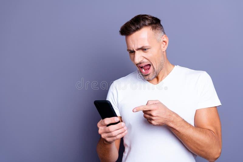 Photo haute étroite stupéfiant il il son Moyen Âge hurler l'épouse parfaite macho de malentendu de bras de mains de téléphone d'a photo libre de droits