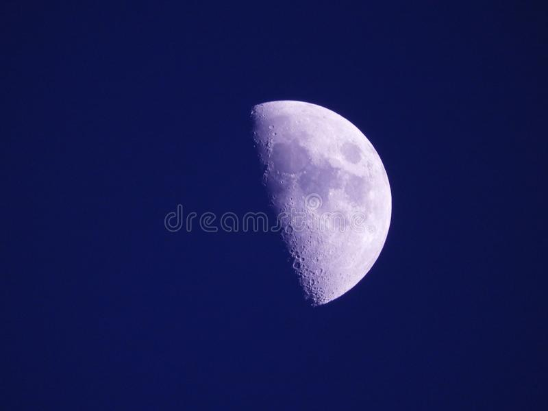 Photo haute ?troite de lune pendant la nuit photo stock