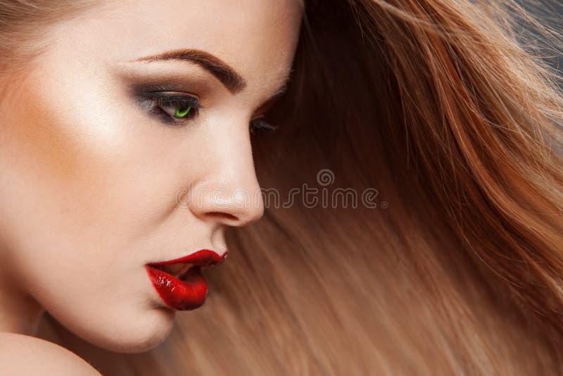 Photo horizontale de belle femme avec de longs cheveux photo libre de droits