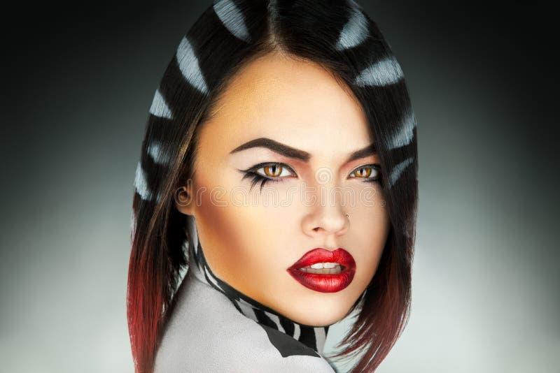 Photo horizontale de femme sexy avec des rayures sur des cheveux photographie stock libre de droits