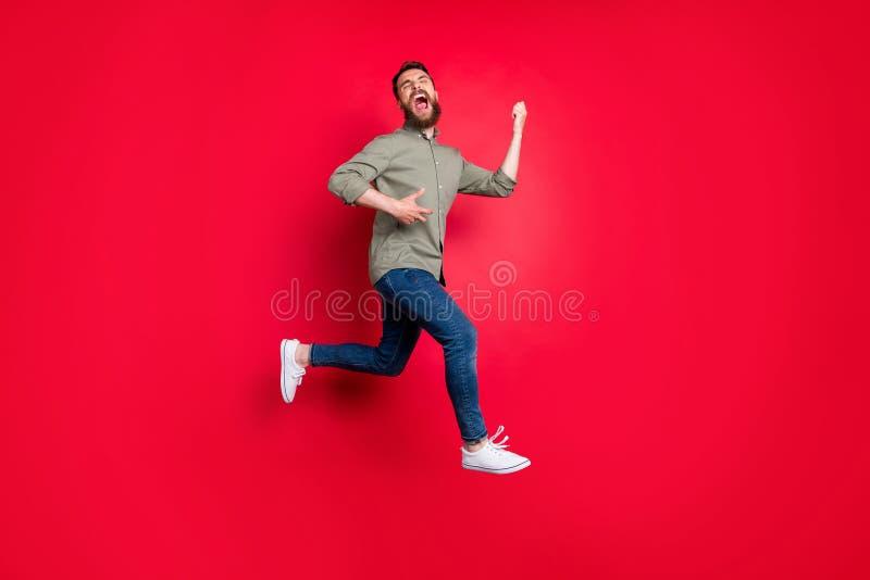 Photo intégrale de corps de l'heureux musicien modèle à la mode blanc beau heureux espiègle gai de roche utilisant la chemise gri image stock