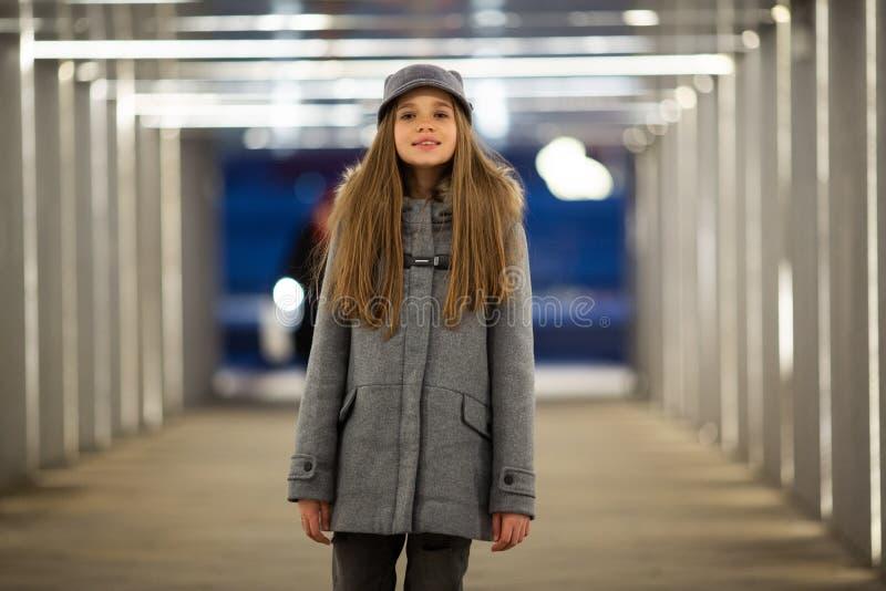 Photo intégrale de fille dans la position grise de manteau images libres de droits