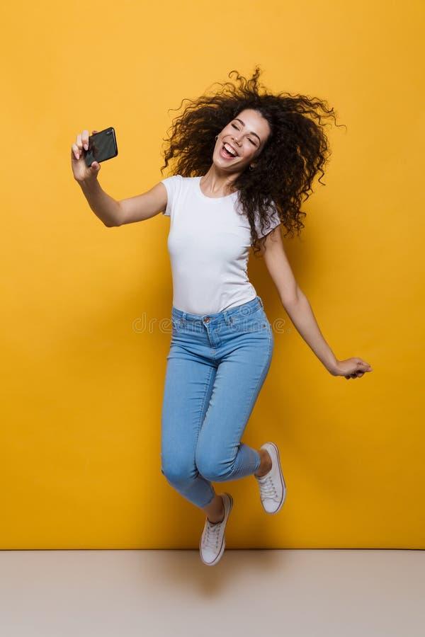 Photo intégrale de la femme magnifique 20s avec la participation de cheveux bouclés images stock