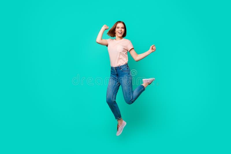 Photo intégrale de taille du corps belle la stupéfiant elle dame sautant le short inattendu de succès de hurlement de cri élevé d photos stock