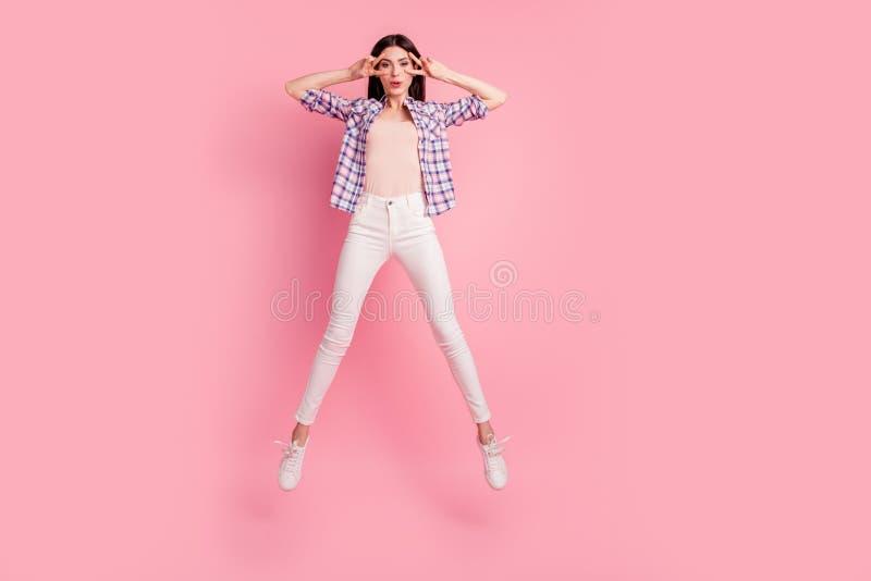 Photo intégrale de taille du corps stupéfiant la belle sa elle dame sautent le v-signe élevé d'exposition près des chaussures d'u image libre de droits