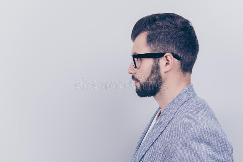 Photo latérale de profil du jeune brun beau sérieux réussi b image stock