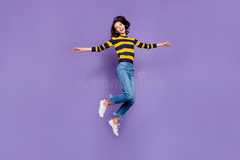 Photo latérale de profil de taille du corps intégrale belle elle sa dame hurler personnes de personne de partie de vol de saut de photographie stock