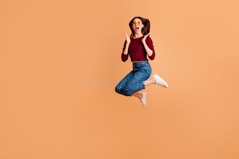 Photo latérale intégrale de taille du corps de profil belle elle que sa dame sauter de hauts poings idéaux de bras de mains d'asp photographie stock libre de droits