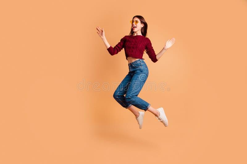 Photo latérale intégrale de taille du corps de profil belle elle sa dame sauter de hauts poings de bras de mains a soulevé l'air  image libre de droits