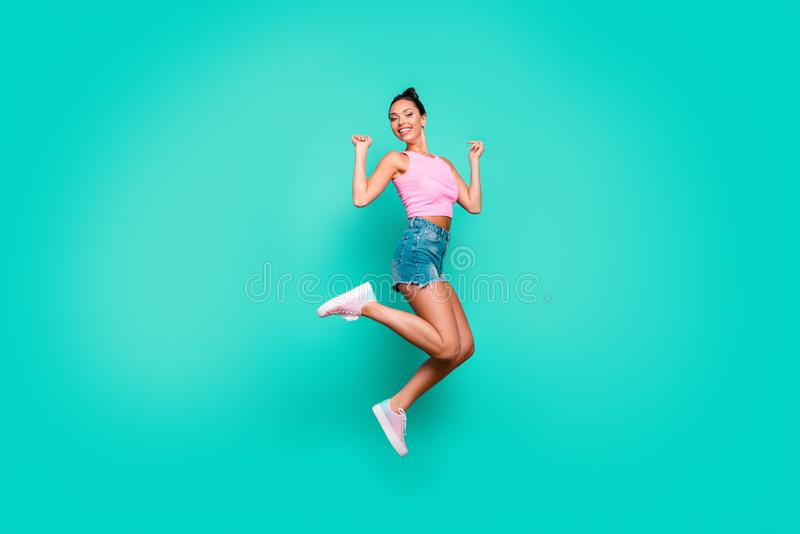 Photo latérale intégrale de taille du corps de profil belle elle son usage chanceux élevé de loterie de saut à la mode élé photographie stock