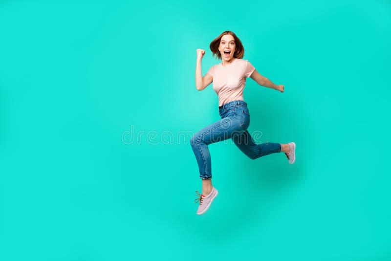 Photo latérale intégrale de taille du corps de profil belle la stupéfiant elle prix élevés de saut de vol de dame de petits préci photographie stock libre de droits