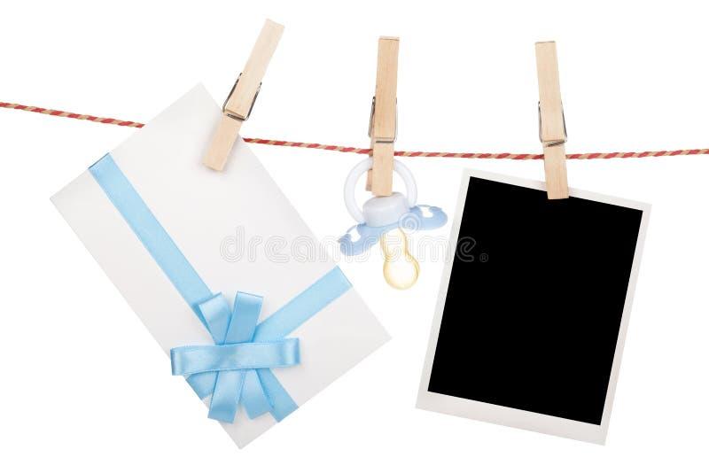 Photo, lettre instantanée de cadeau et tétine accrochant sur le clothesli image stock