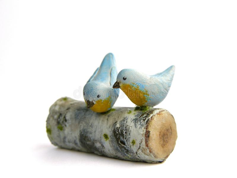 Photo Miniature fake two birds on birch log stock photography