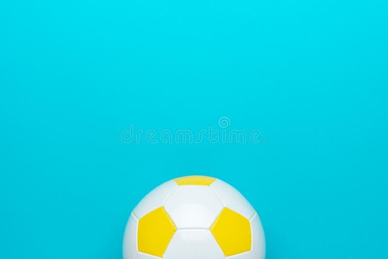Photo minimaliste du ballon de football sur fond bleu turquoise avec espace de copie photographie stock