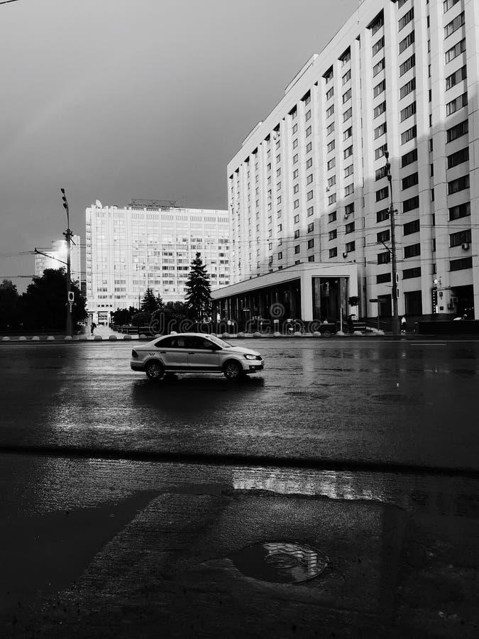 Photo monochrome de petit taxi conduisant dans la rue de Moscou photos stock