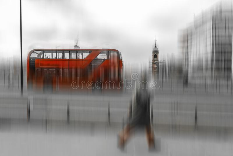 Photo noire et blanche avec l'autobus à impériale rouge à Londres photo stock